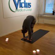 3. Framåtfällning - Andas ut och låt överkroppen falla framåt. Slappna av i nacke och axlar, låt armarna hänga ner.