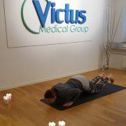 6. Låg planka – Sätt i knäna och kom långsamt ner med bröstet och därefter höften mot mattan genom att böja armbågarna. Håll armarna nära kroppen genom hela rörelsen