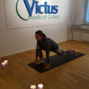 4. Lunge - Andas ut och ta ett stort steg bakåt. Andas in, höj blicken och sjunk ner. Vila gärna knäet mot mattan.